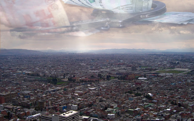 bogota con un cielo en el que se refleja unas esposas amarrando billetes