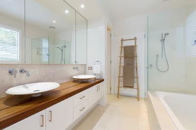 ห้องน้ำขาวสะอาดมาพร้อมเครื่องสุขภัณฑ์สุดเก๋