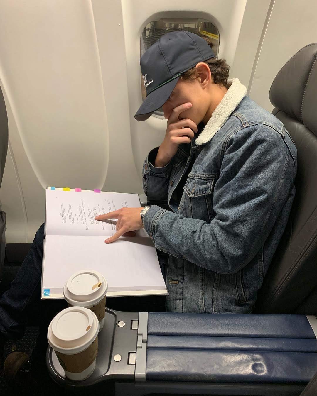 Tom Holland learning the script of his new film The Devil All the Time : マーベルの先輩のウィンター・ソルジャーと共演する Netflix のスリラー映画の異色作「ザ・デヴィル・オール・ザ・タイム」の撮影に向けて、セリフ覚え中のトム・ホランド ! !
