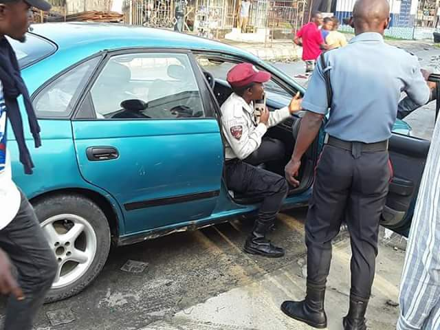 Photos: Female FRSC official in Akwa Ibom pictured dragging steering wheel with a driver in moving vehicle