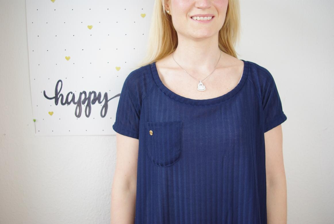 Frau trägt selbst genähtes Waterfall Raglan Shirt in Blau Schnittmuster für Frauen von Chalk & Notch  für 12 Colours of Handmade Fashion Nahaufname