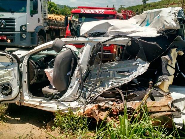 Duas pessoas ficaram feridas após o carro onde estavam bater de frente com um caminhão em Teixeira de Freitas, no sul da Bahia (Foto: Divulgação/ Sul Bahia News)