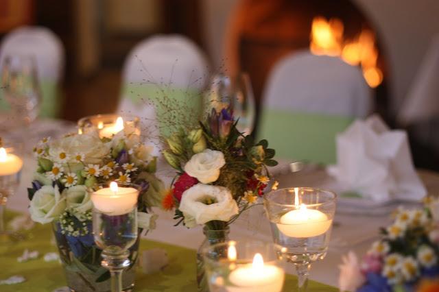 Centerpieces Frühlingsdekoration Herbsthochzeit mit bunten Wiesenblumen im Hochzeitshotel Garmisch-Partenkirchen Riessersee Hotel Bayern, heiraten in den Bergen