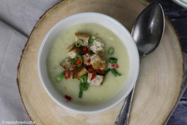 Wärmende Suppe für kalte Wintertage. Wirsing Parmesan Suppe mit Chili.