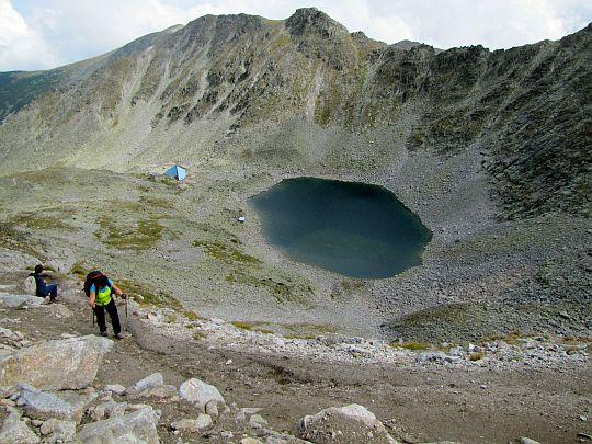 Jeziorem Lodowym (bułg. Ледено езеро; 2709 m n.p.m.).