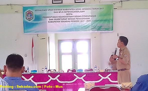 SEKADAU, Dinas Sosnakertrans - Dinas Sosial Tenaga Kerja dan Transmigrasi Kabupaten Sekadau memfasilitasi sosialisasi upah minimum kabupaten Sekadau tahun 2017
