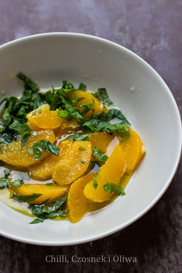 Sałatka z rukoli, pomarańczy i mięty z grillowanym halloumi