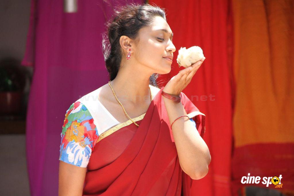 Sija Rose hot cleavage show photos from Kozhi Koovuthu ...