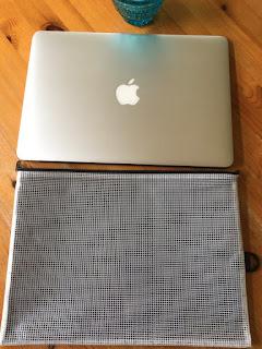 MacBook Airとケースを並べたところ