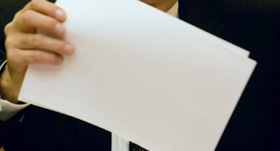 تفسير حلم اعطاء ورقة بيضاء أو تمزيق الورق أو اخذ ورقة من شخص أو اوراق معاملة في المنام