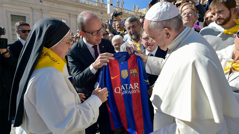 Pope Francis gets Barcelona football jersey