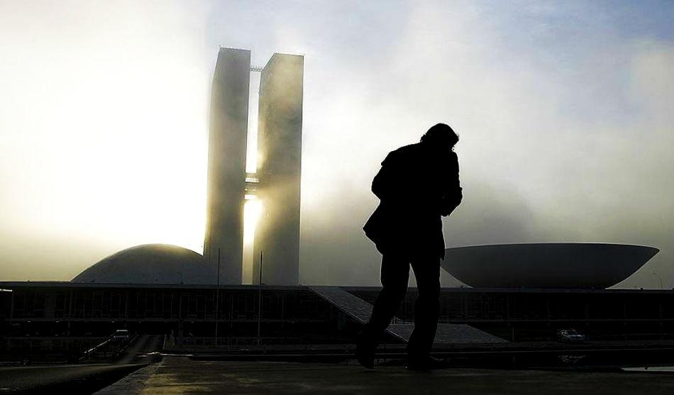 Delante del Congreso Nacional en Brasilia. Un edificio de Oscar Niemeyer