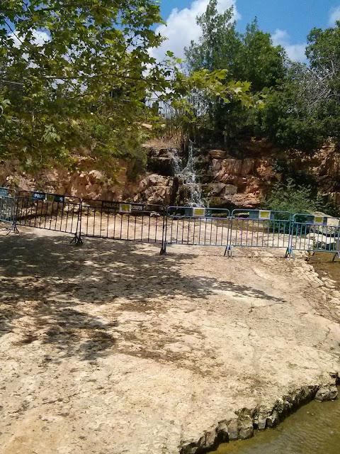 מפל מים בגן הוורדים