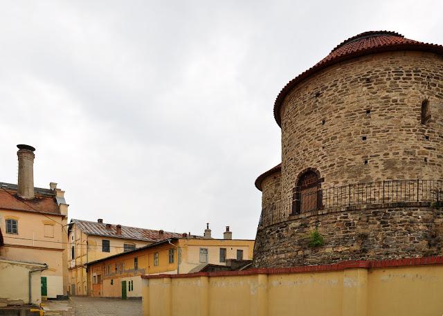 Romańska rotunda w Znojmie, w tle browar