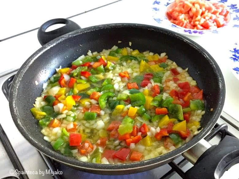 カラフルな野菜の食材を炒める様子