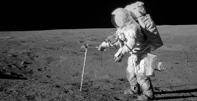 Apollo 12-astronaut Alan L. Bean takes a sample of the lunar surface - Photo: NASA