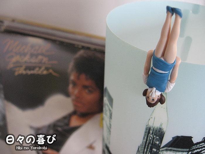 Figurine Fuchiko en équilibre sur un abat-jour