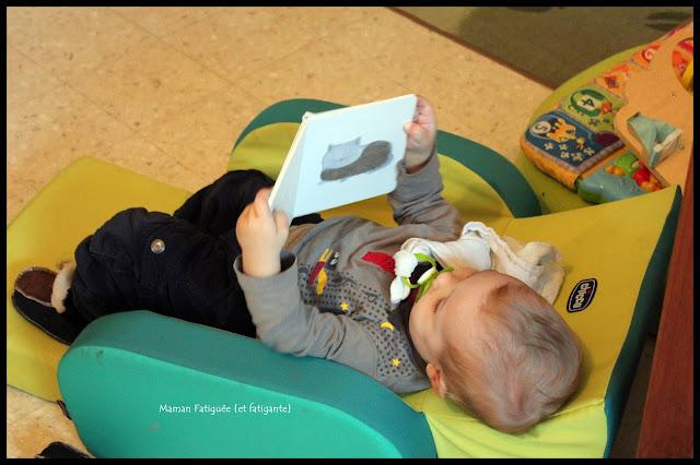 enfant lisant sur fauteuil