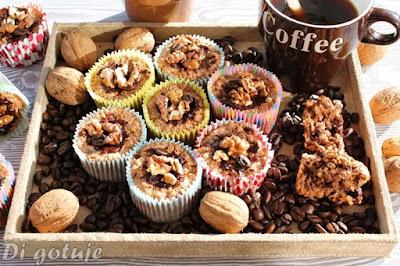 Babeczki czekoladowo-kawowe z ziaren ekspandowanych z orzechami i czekoladą (bez mąki i tłuszczu)