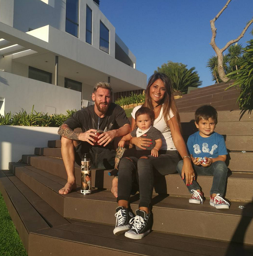 Messi shows of his beautiful family