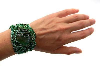 Зеленый фриформ-браслет со стеклянной галькой анабель