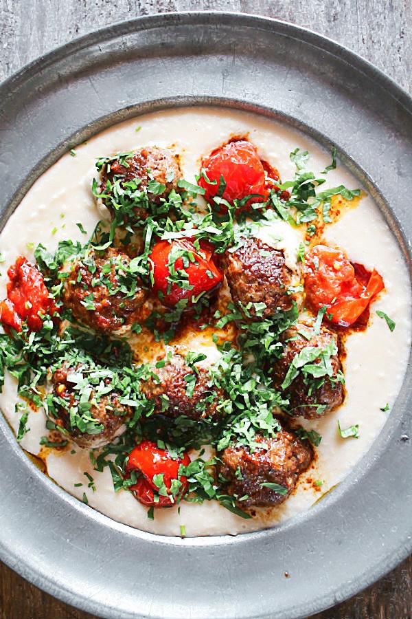 Lammhackbällchenliebe mit buttrig geschmolzenen Tomaten auf weißem Bohnenpüree und frischem Koriander #lamm #hackbällchen #fleischbällchen #köttbullar #hackfleisch #soulfood #comfortfood #rezept #toskana #orientalisch #raselhanout #marokko #bohnenpüree #tomaten #confieren #geschmelzte_tomaten #geschmolzene #essen_für_kinder #lecker #blogger #foodblogger #foodphotography #foodstyling #koriander | Arthurs Tochter von Astrid Paul. Der Blog für Food, Wine, Travel & Love