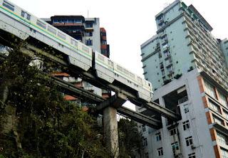 Cina, la metro che passa dal sesto piano di un condominio