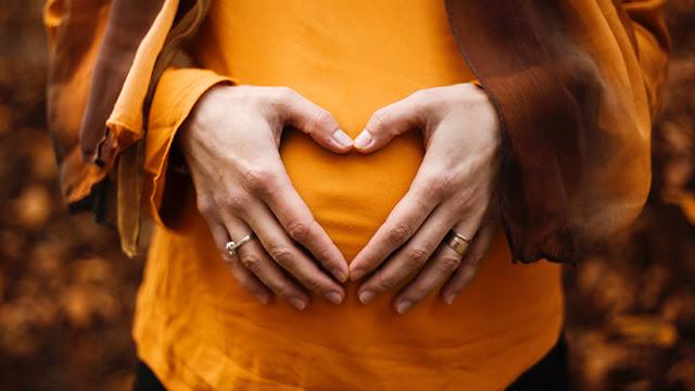 Científicos explican por qué los bebés patean en el útero de su madre