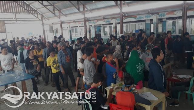 [FOTO] Ratusan Pengungsi di Palu, Antri untuk Mendapatkan Logistik di Posko Toraja