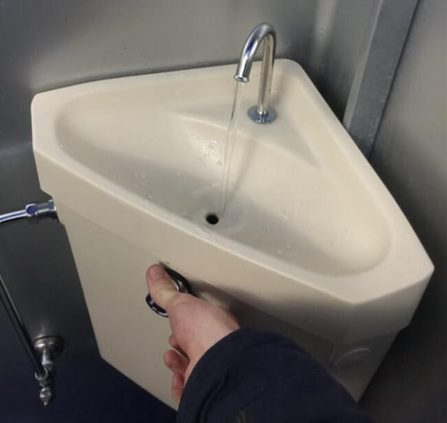 المراحيض مع بالوعة فوق الخزان
