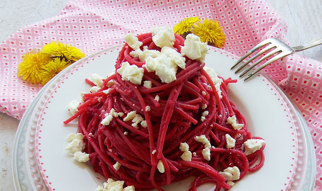Spaghetti al pesto di barbabietola e feta