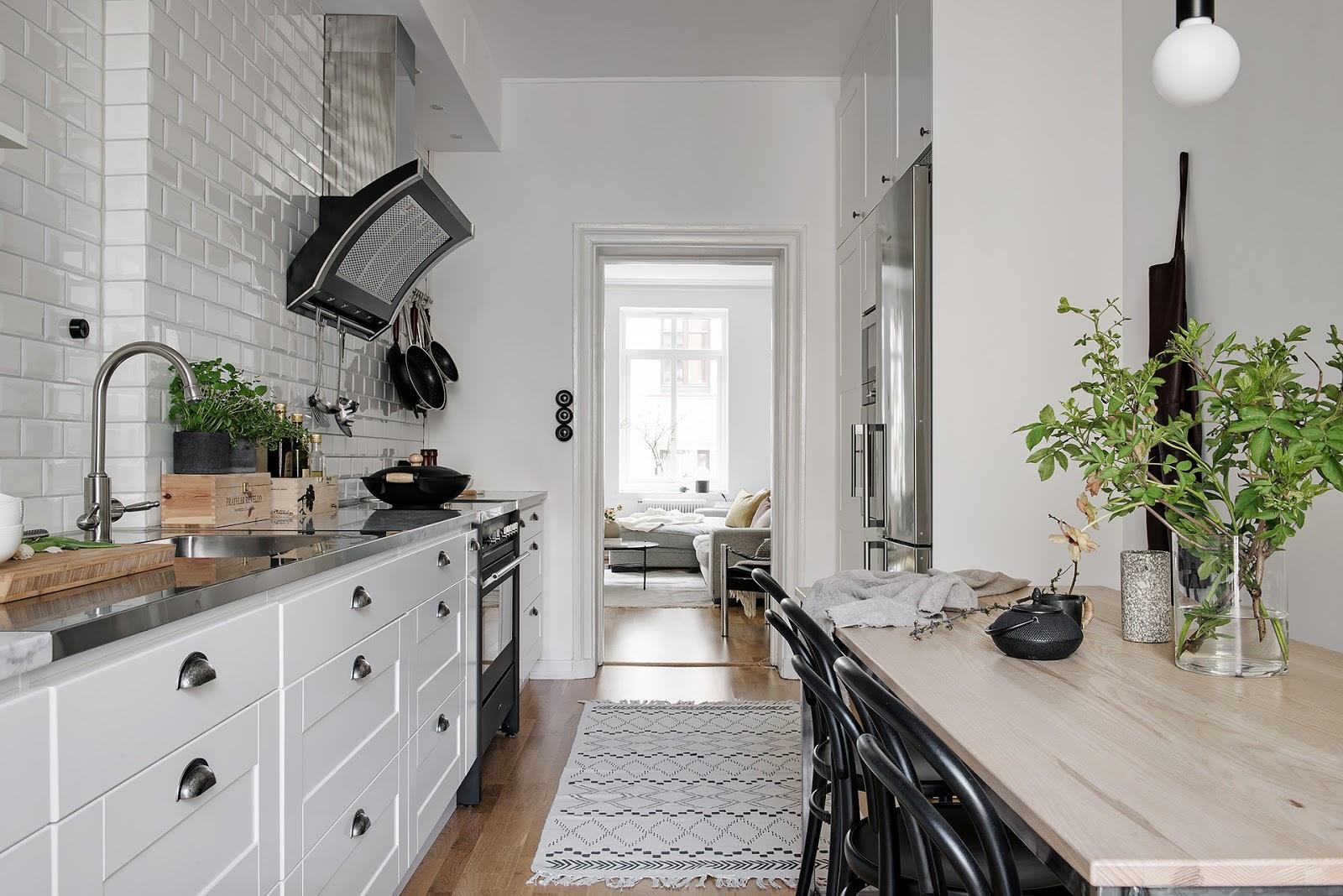 Art & Mañas » Una cocina en blanco y madera con una mesa para 6