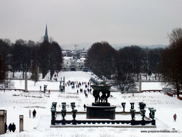 el parque Vigeland nevado en Oslo