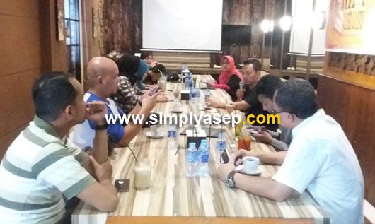 SANTAI : Gelaran diskusi santai membahas peran Netizen bekerja sama dengan KPU dalam mensosialisasikan No Golput baru baru ini di Pontianak berlangsung sukses. Foto Asep Haryono
