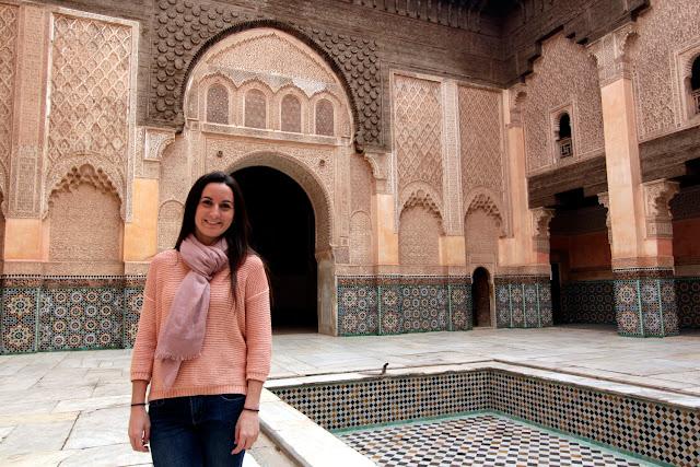 Lena en el patio interior de la Madrasa Ali Ben Youssef