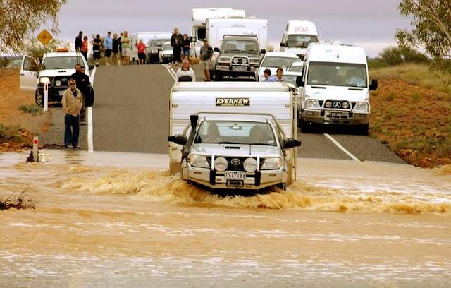 Tips cara keluar mobil yang terjebak banjir