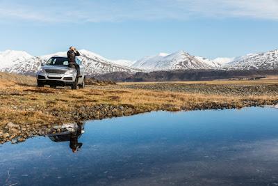 Turista recorriendo Islandia en Invierno