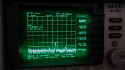 OH2DD Spektrianalysaattori radioamatöörin vesiputousnäyttönä 20m alueella