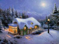 Karlar altındaki ormanlık bir alanda ışıkları yanan sevimli bir ev olan kartpostal