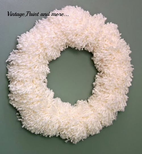 Vintage, Paint and more... A gorgeous winter wreath made with yarn pom-poms