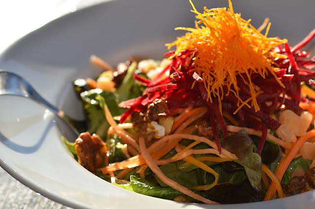 Salade dans un bol en porcelaine