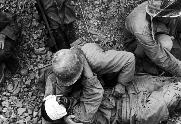 http://3.bp.blogspot.com/-RoqGbNmZg7s/T8GLfAT-CuI/AAAAAAAAI_Y/5zG7MLSdc4k/s1600/Member+of+US+7th+Army+Div.+tending+to+a+wounded+comrade+during+the+fight+for+Okinawa..jpg