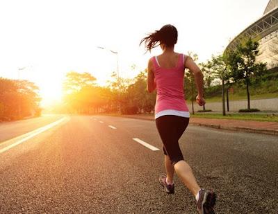 orang yang sedang berlari kenjang sekuat tenaga sebelum matahari tenggelam