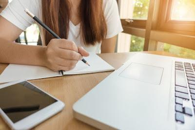 Chica escribiendo, tablet, libreta