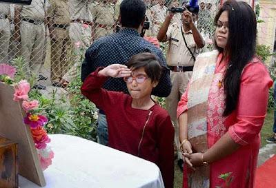 जहां तिरंगा फहराने के बाद शहीद हुए थे प्रमोद, वहीं 6 साल की बेटी आर्ना ने किया सैल्यूट