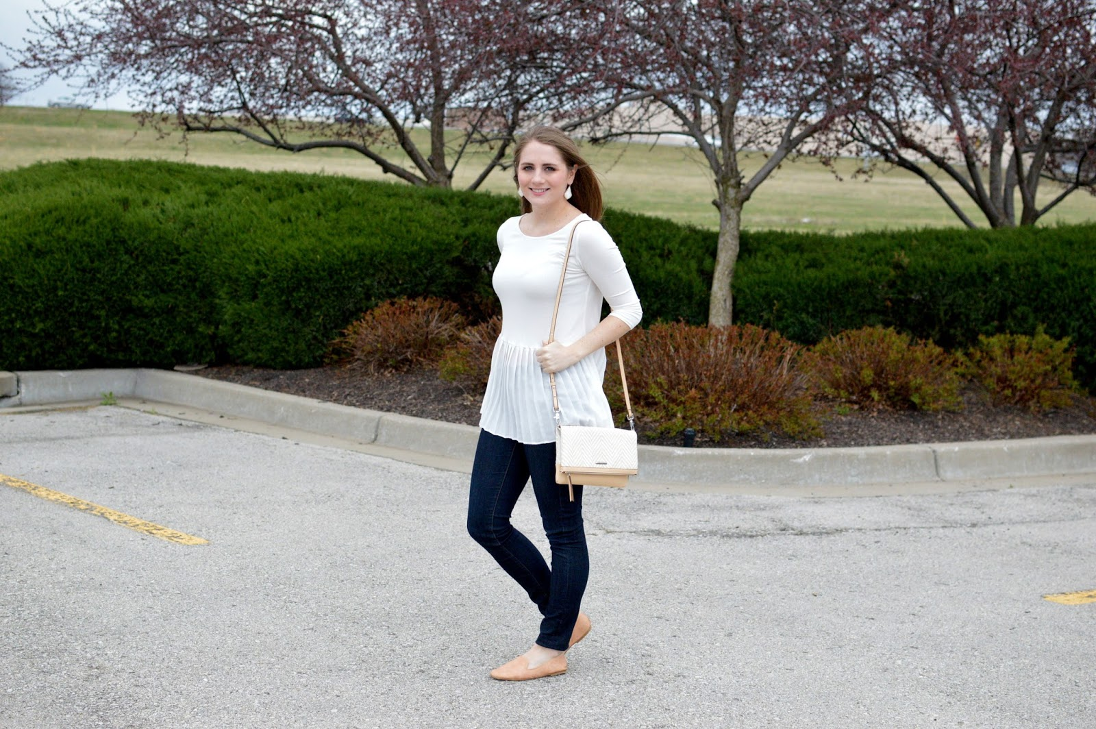 spring outfits white peplum top with skinny jeans