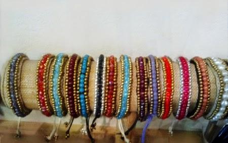 Pulseras de perlitas de colores con cordón