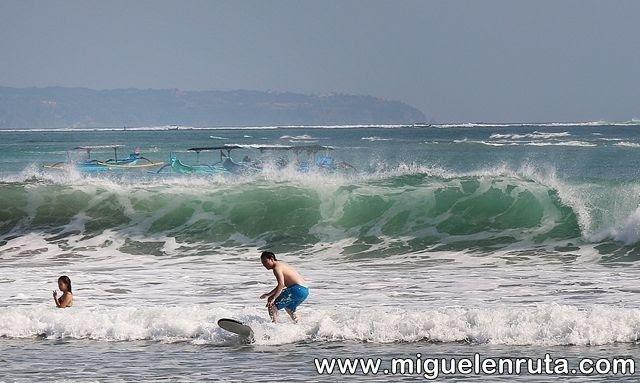 Surferos-olas-Pantai-Kuta