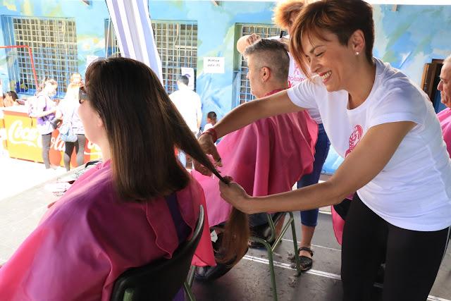 Decenas de personas se cortan la melena en el colegio Rontegi en apoyo a las niñas con cáncer