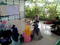 Mahasantri YPMI Al-Firdausi belajar menulis bersama Pengelola HJ Network